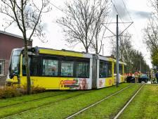Tram loopt uit de rails na botsing met auto in Rotterdam-Beverwaard