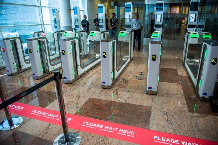 De poortjes op Brussels Airport, die het gezicht van de passagier vergelijken met de foto op zijn paspoort en pas opengaan bij een match, werkten vaker niet dan wel (10/07/2015) Beeld BELGA