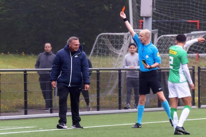 Longa'30-trainer Dennis van Toor krijgt de rode kaart van scheidsrechter Souwen.