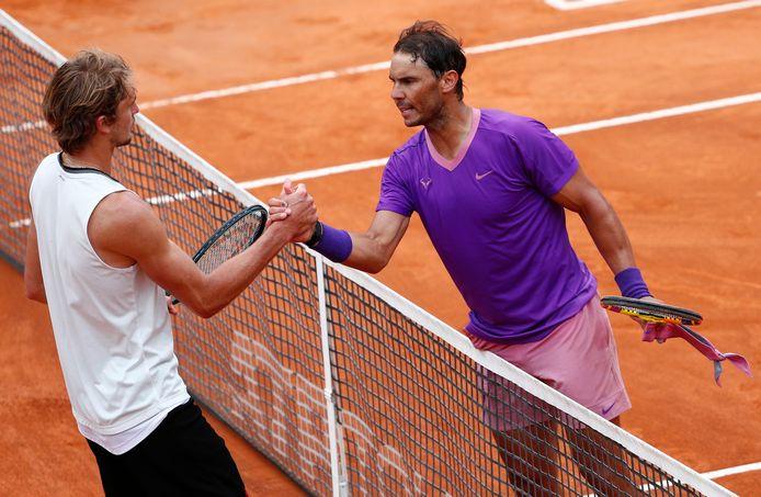 Rafael Nadal (r) is Alexander Zverev in Rome de baas.