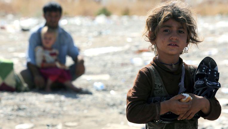 Een Yezidi-meisje, met haar familie op de vlucht voor IS-strijders. Beeld AFP