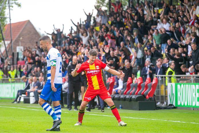 GA Eagles-speler Bas Kuipers viert zijn feestje, terwijl Zwollenaar Bram van Polen pijn in de buik heeft.