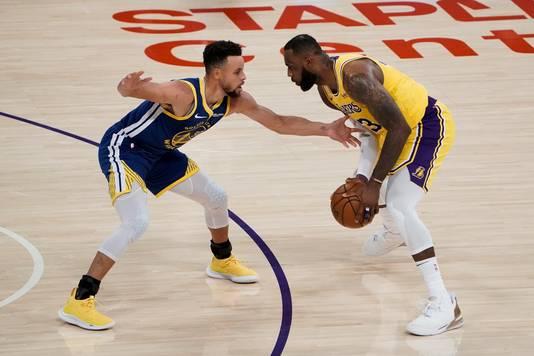 NBA-sterren Stephen Curry en LeBron James tegenover elkaar.