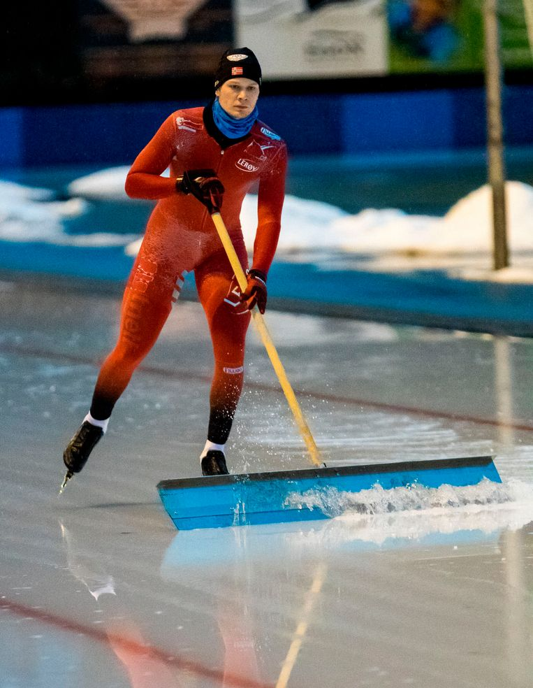 Havard Lorentzen veegt het ijs. Beeld Reidar Langkjaerj