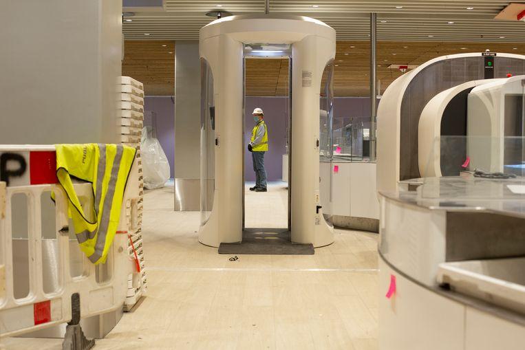 De nieuwste CT-scanners voor handbagage en de modernste securityscanners voor passagiers staan klaar in de nieuwbouw van Vertrekhal 1. Beeld Susanne Stange