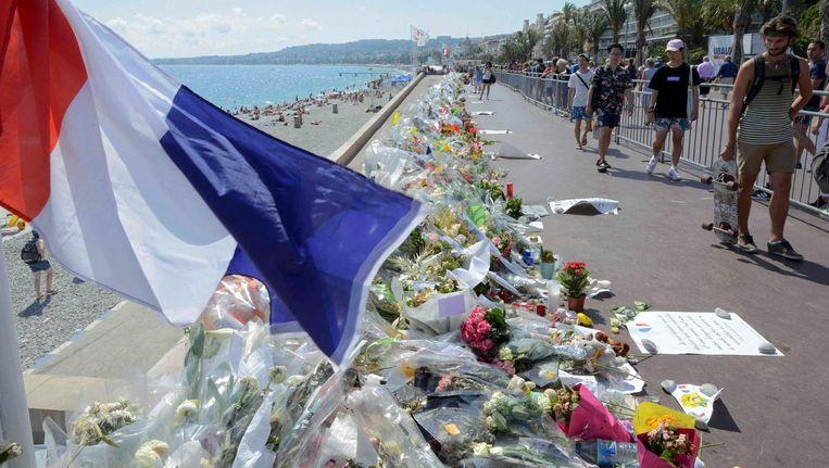 Bloemen op de boulevard van Nice, waar Mohamed Bouhlel vorige week 84 mensen doodreed. Beeld reuters