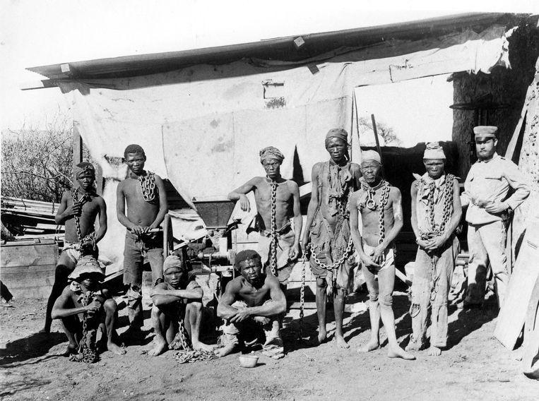 Een Duitse militair bewaakt gevangenen ten tijde van de volkerenmoord op 70 duizend Herero en Nama in de toenmalige kolonie Duits-Zuidwest-Afrika. Beeld AFP