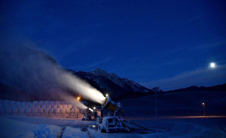 De plaatsing van deze foto valt misschien onder het juridische begrip 'uitlokking', maar hoewel u er van het kabinet beslist niet heen mag deze Kerst, zorgen de sneeuwkanonnen van het Oostenrijkse skioord Abtenau voor een knisperend laagje sneeuw op de piste. Beeld AFP
