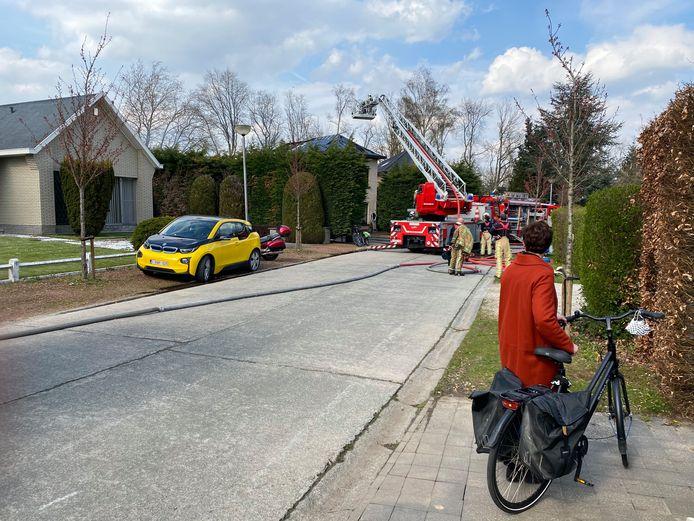 MUIZEN - De brandweer kreeg het vuur onder controle, maar moest wel nog een lange tijd nablussen. De straat werd tijdens de bluswerken afgesloten.