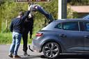 Mensen en auto's in de omgeving van Les Plantiers worden gecontroleerd door de politie. Iedereen die naar binnen of naar buiten wil moet daarvoor een geldige reden opgeven.