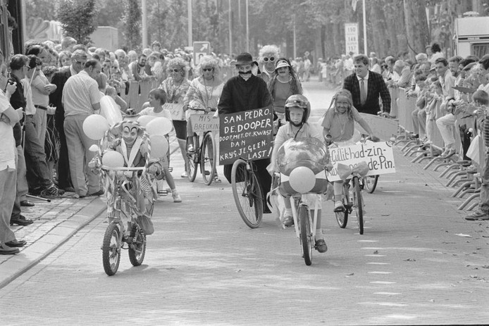 Was het carnaval op de fiets of een 'aangeklede' fietsrally in 1988? Ben Steffen was erbij en maakte deze foto. Was u er ook bij? Herkent u mensen? Waar was de fietsrally? We zijn benieuwd naar uw reacties.