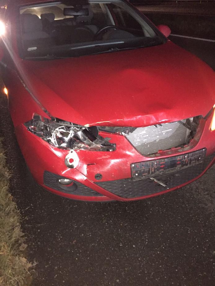 Beschadige auto na aanrijding met herten op snelweg A58 Foto tweet Chris van der Veen