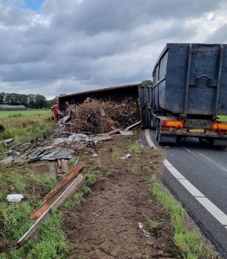 Vrachtwagen vol schroot kantelt op afrit van N18 tussen Groenlo en Eibergen