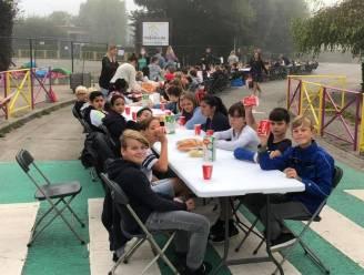 De Hagewinde viert Strapdag met ontbijt op straat