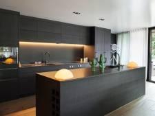 De zwarte keuken blijft immens populair, nu wel mat én greeploos