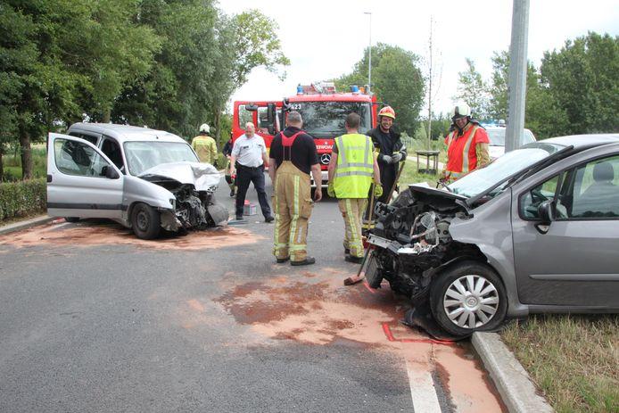 Beide wagens raakten zwaar beschadigd.