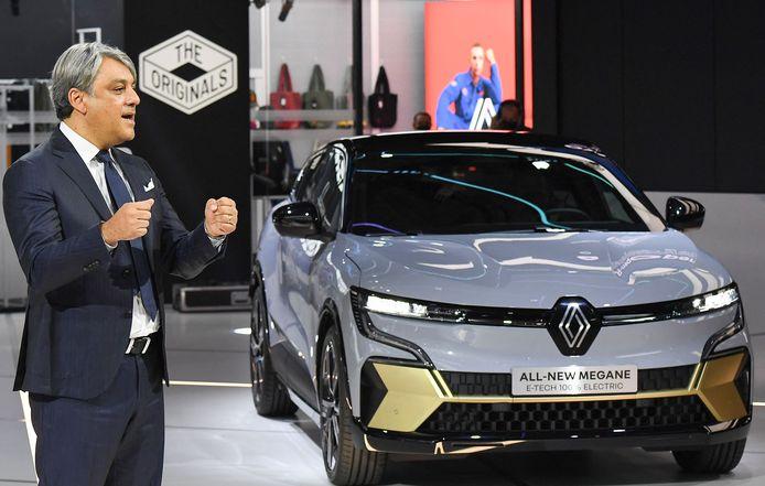 Luca de Meo, de topman van Renault, gunt de IAA in München de onthulling van de nieuwe Renault Mégane, die ook als volledig elektrische auto op de markt komt.