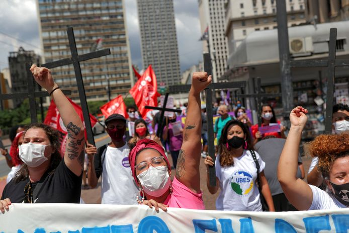 Vrouwen demonsteren in São Paulo tegen het lakse coronabeleid van president Jair Bolsonaro.