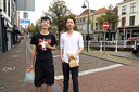 Zhao Xin en Li uit China, beide student aan de TU in Delft, in afwachting van terugkeer naar hun vaderland.