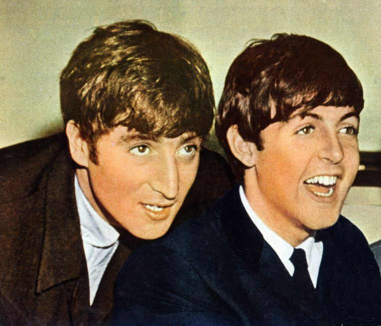 Paul McCartney (r) en John Lennon in 1963. Beeld Redferns