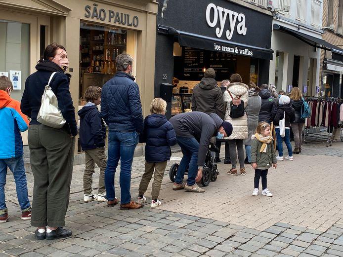 Aan zowat elke zaak waar eten of drinken te krijgen was, stond deze namiddag een rij: ijszaak Oyya in de Koestraat