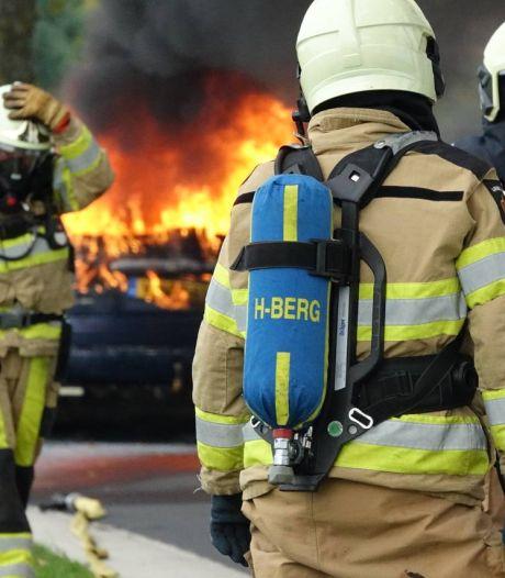 Auto vliegt in Holtheme tijdens ritje na garagebeurt in brand