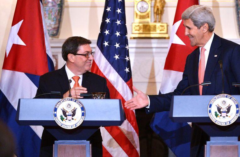 Minister van Buitenlandse Zaken John Kerry (r.) met zijn Cubaanse evenknie Bruno Rodriquez. Beeld AFP