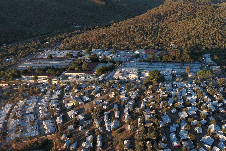 Het kamp Moria op het Griekse eiland Lesbos, waar veel vluchtelingen en migranten in zelfgemaakte optrekjes wonen.  Beeld REUTERS