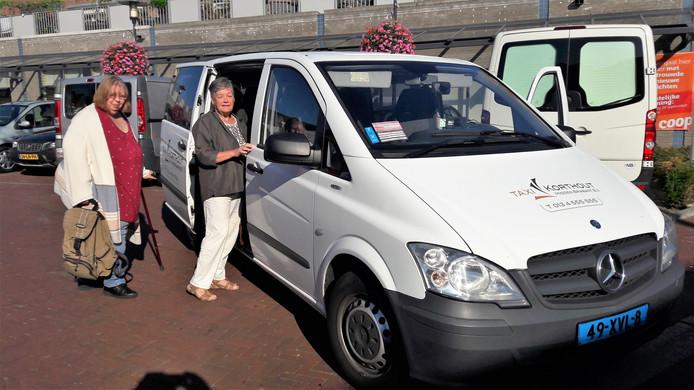Regina Mulder (links) en Riky Groenendaal zijn klaar voor vertrek vanuit Loon op Zand naar de Coop-supermarkt in Helvoirt. De rest van het groepje oude EMTÉ-klanten is al ingestapt.