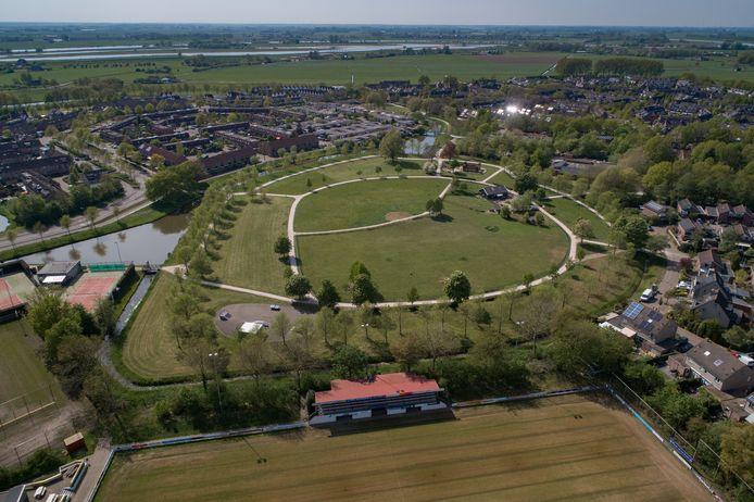 Zo ziet het Stinspark in Westenholte er nu uit: een ui-vormige grasvlakte, doorsneden met wandelpaden. Dat moet anders, vindt wijkvereniging WVF.