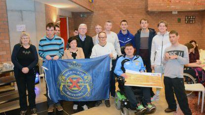 Delegatie van voetbalclub Waasland-Beveren op bezoek bij tehuis 'De Klaproos'