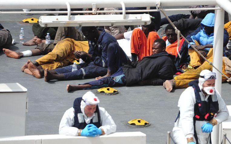 Vluchtelingen op een marineschip bij Sicilië. Beeld afp