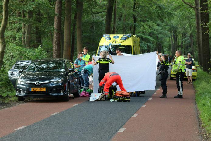 Een wielrenner is gewond geraakt bij een ongeval op de Jonkheer Sandbergweg in Ermelo.