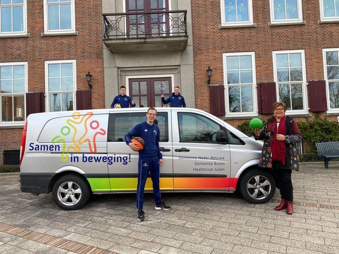 De buurtsportcoaches rijden met een nieuwe bus door de gemeenten Buren en Neder-Betuwe.