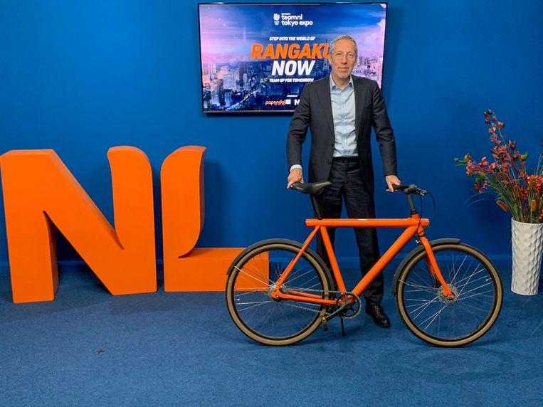 De Nederlandse ambassadeur in Japan, Peter van der Vliet, is fervent wielerfan. Beeld Twitter