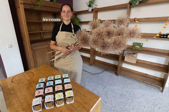 Onderneemster Renske Diemers en haar alliumbloemen passen net zo goed bij elkaar als uien en knoflook.