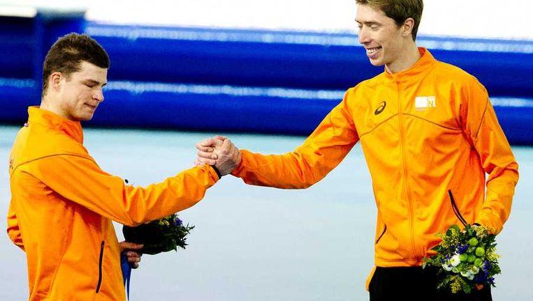 Sven Kramer feliciteert Jorrit Bergsma (rechts). Beeld anp