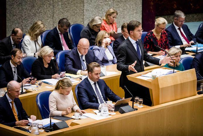 Premier Rutte met zijn voltallige kabinet in Vak K. Bewindslieden en hun ambtenaren maken zich nogal eens schuldig aan het schrijven van wollige brieven aan de Tweede Kamer.
