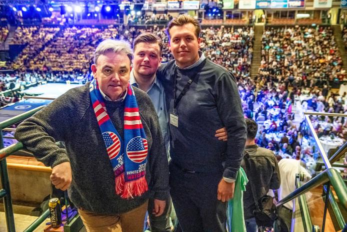 Willem Post met zijn zoons Frank en Ferry (rechts) tijdens het McIntyre Dinner in Manchester, New Hampshire.
