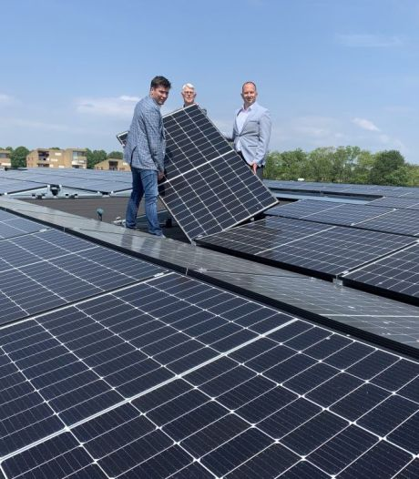Honderden zonnepanelen op het dak van GGD-priklocatie in Oud-Beijerland: 'Een mooie stap!'