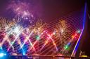Vuurwerk op de Erasmusbrug, nóg zo'n traditie. Heel het land kan jaarlijks meegenieten van de kleurfonteinen op en rond de Zwaan, die zelf ook een mooi kleurtje meepikt.