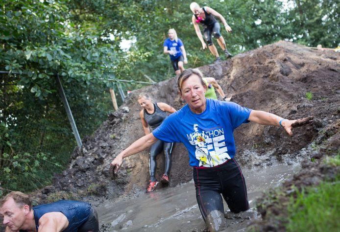 Ploeteren door de modder en een zeepbad. Maar ook rennen, klimmen, glijden en sjorren aan touwen bij de Dirty Monkey Run in Gramsbergen.