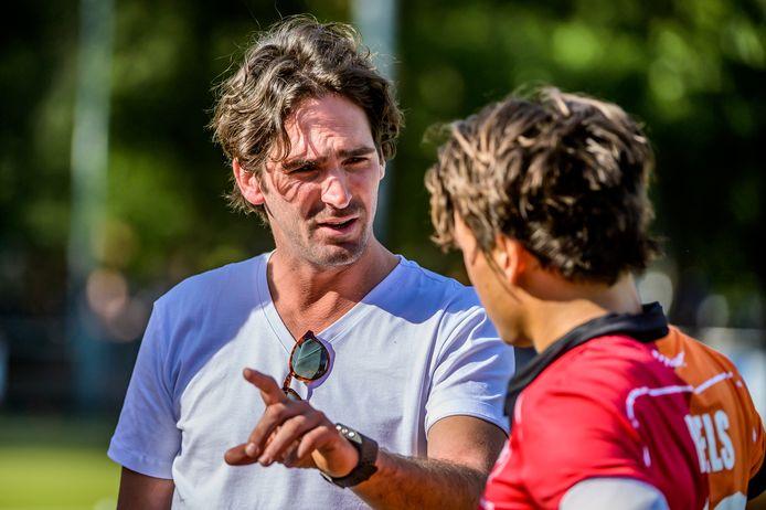 Oranje-Rood-coach Robert van der Horst geeft instructies aan Thomas Briels.