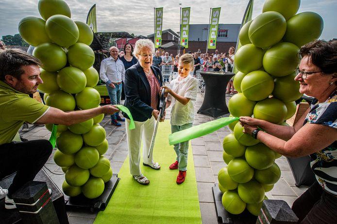 Oma Derks opent samen met de kleinzoon Valentijn de nieuwe supermarkt in Overasselt.