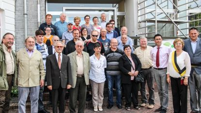 Hobbykwekers van Braekelclub Nederbraekel met kampioenen naar het gemeentehuis