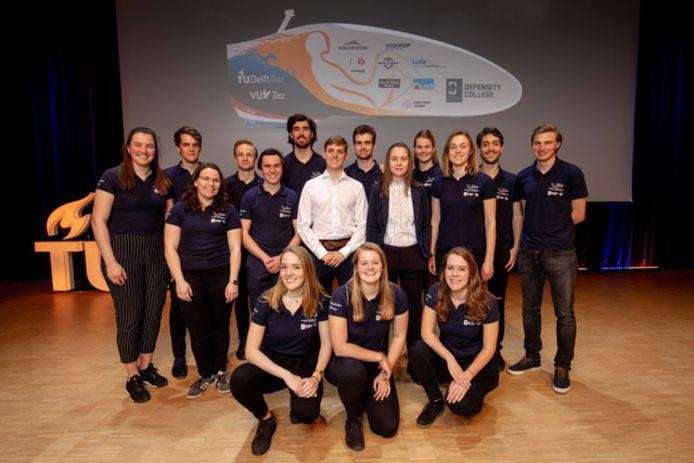 Het Human Powerteam , met teamleider Britt Krabbenborg (middelste rij in het wit), gaat voor niets minder dan een wereldrecord.