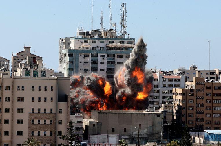 De explosie in de Jala Tower, waar onder andere kantoren van al-Jazeera en Associated Press zitten. Beeld Hollandse Hoogte / AFP
