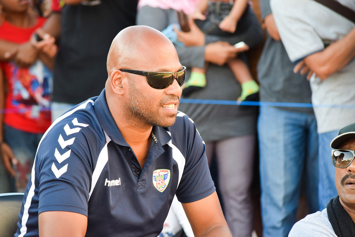 Marlon Mual, hier als trainer van Jong Ambon, blijft aan bij GPC Vlissingen.