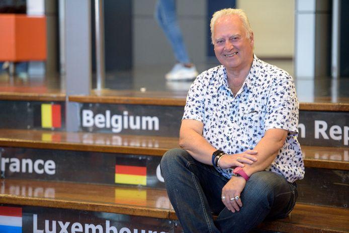 Rob van Otterdijk op de foto bij een interview over 51 (!) jaar  voor de klas staan.