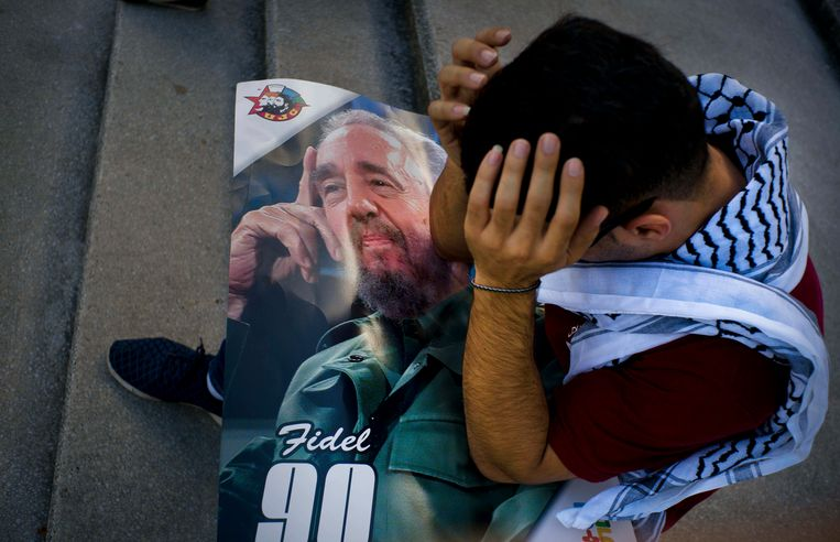 Palestinian medical student Adham Motawi, with an image of Fidel Castro, holds his head in disbelief during a gathering in Castro's honor in Havana, Cuba, Saturday, Nov. 26, 2016, the day after his death. Cuba will observe nine days of mourning for the former president who ruled Cuba for half a century.  (AP Photo/Ramon Espinosa) Beeld AP